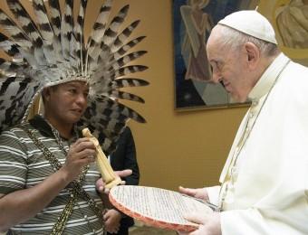 O abraço de Francisco a indígenas brasileiros no Vaticano.