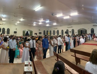 Celebração comunitária do Sacramento do Matrimônio de 15 casais na Paroquia São Pedro em Pontes e Lacerda.
